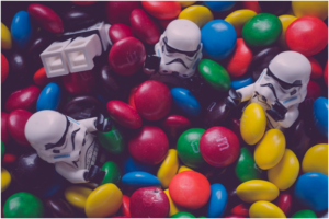 Les jouets lego stormtroopers entourés par des bonbons m&m