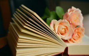 Livre ouvert relié avec fleurs