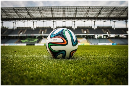 Balle placée au milieu d'un terrain de football