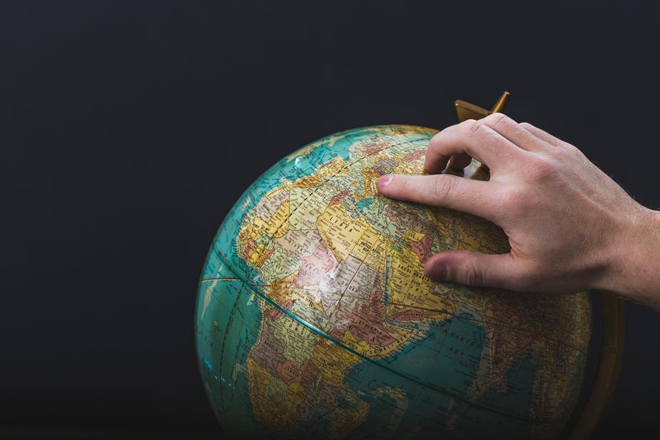 main posée sur un globe
