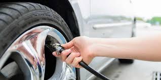 Personne faisant la pression de ses pneus