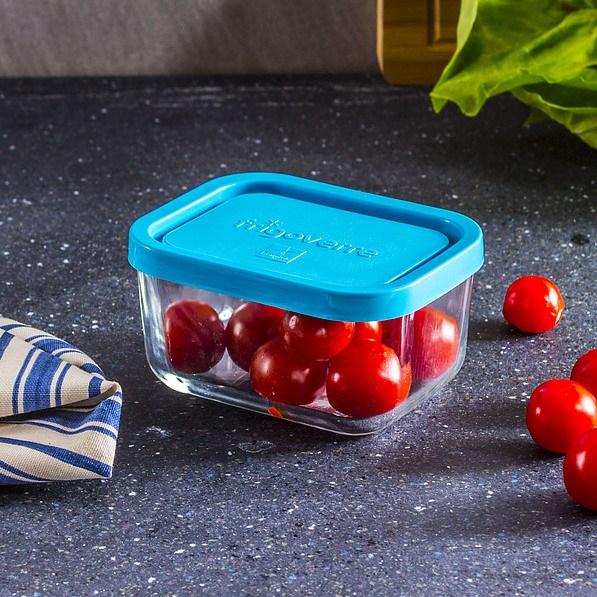 Petites tomates dans un récipient en verre
