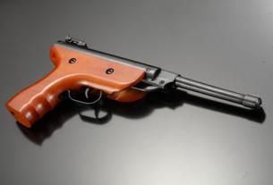 Pistolet à plomb de couleur marron