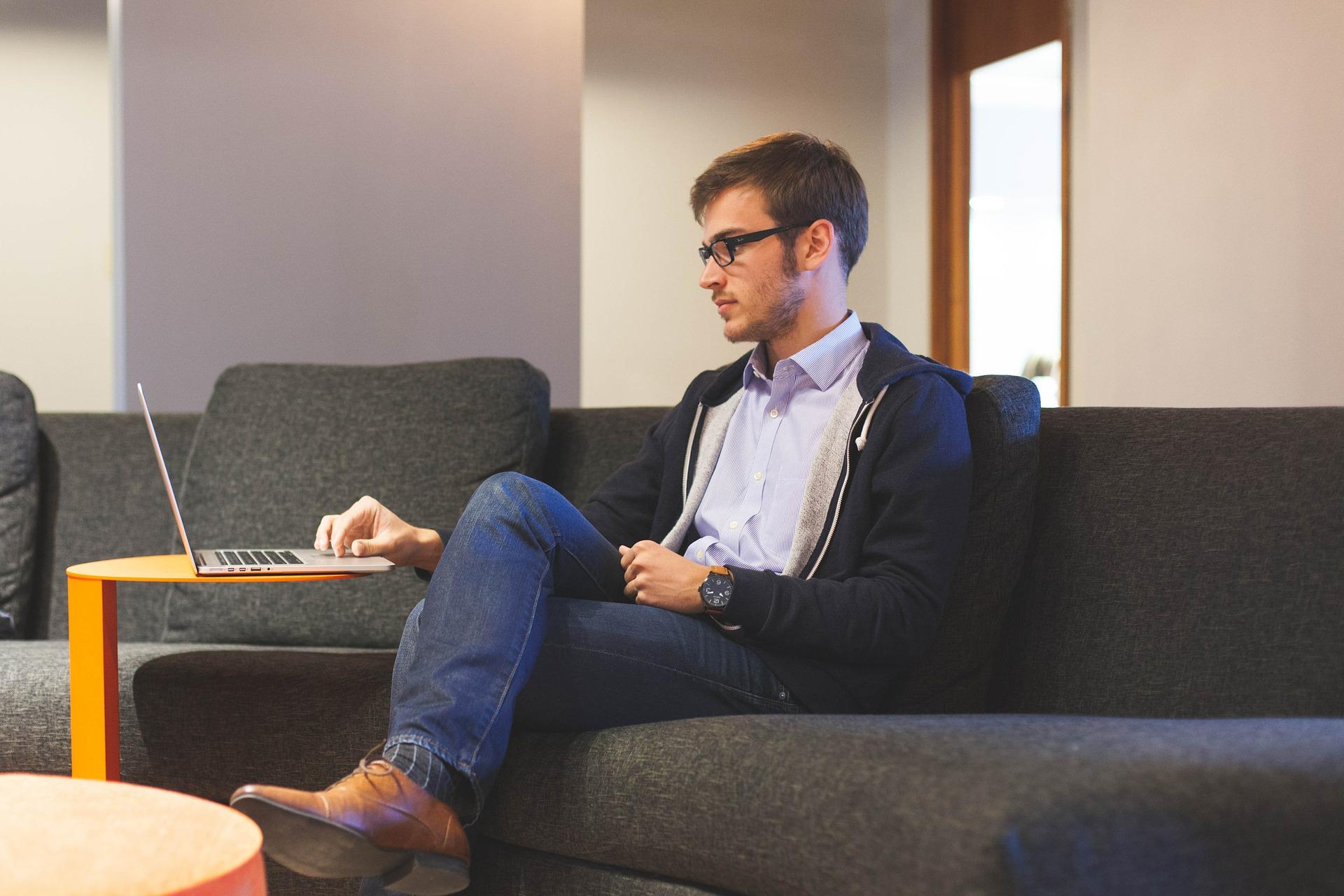 Homme qui écrit sur un ordinateur