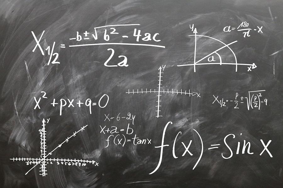 tableau noir avec formules de maths