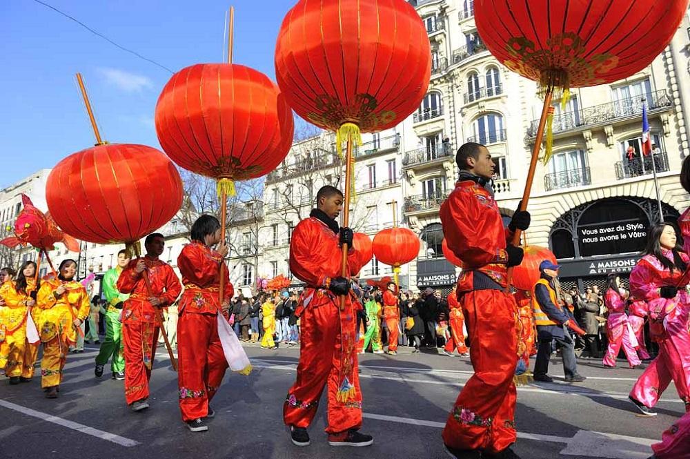 nouvel an chinois avec hommes et femmes en rouge